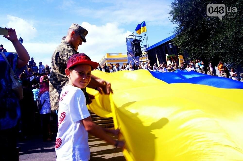 На Потемкинской лестнице в Одессе растянули 26-метровый флаг Украины (ФОТО, ВИДЕО), фото-13