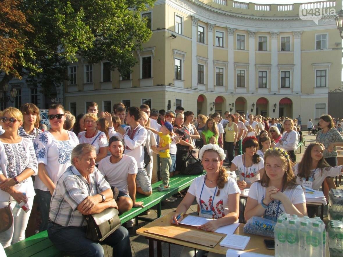 От школьников до стариков: одесситы массово писали диктант у Дюка (ФОТО, ВИДЕО), фото-4