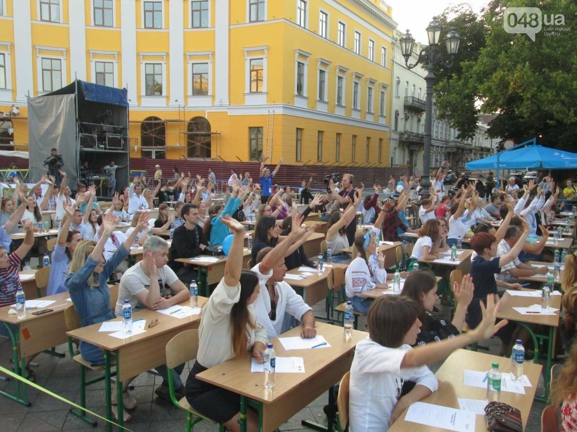 От школьников до стариков: одесситы массово писали диктант у Дюка (ФОТО, ВИДЕО), фото-5