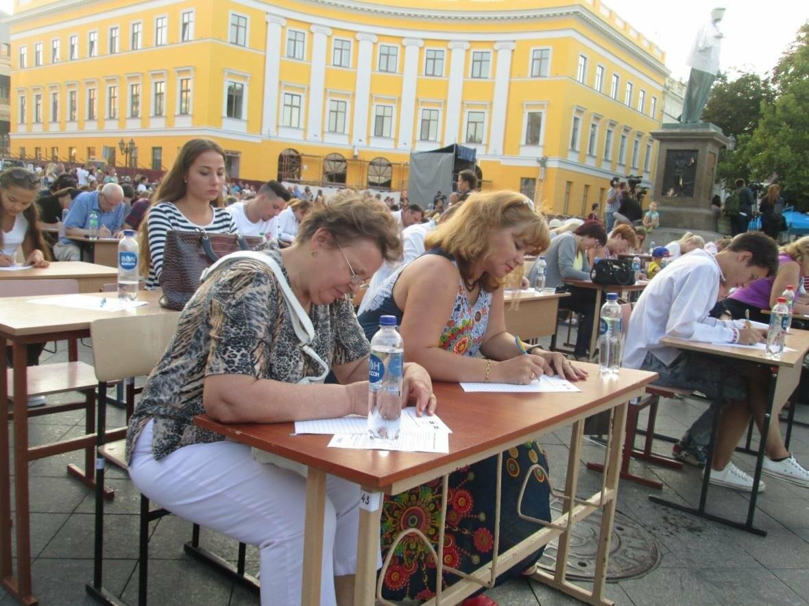 От школьников до стариков: одесситы массово писали диктант у Дюка (ФОТО, ВИДЕО), фото-6