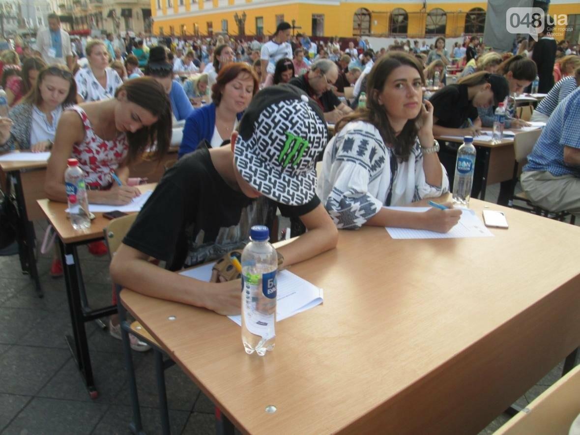 От школьников до стариков: одесситы массово писали диктант у Дюка (ФОТО, ВИДЕО), фото-1