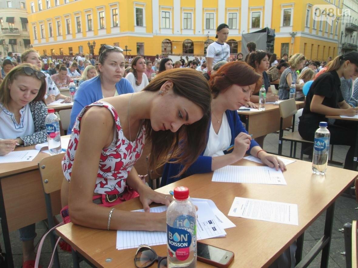 От школьников до стариков: одесситы массово писали диктант у Дюка (ФОТО, ВИДЕО), фото-7