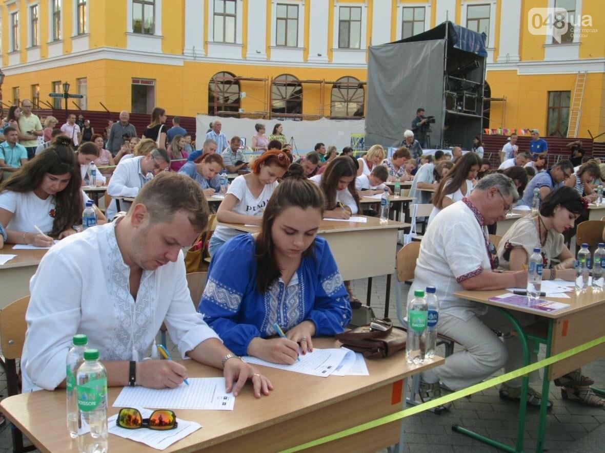 От школьников до стариков: одесситы массово писали диктант у Дюка (ФОТО, ВИДЕО), фото-9