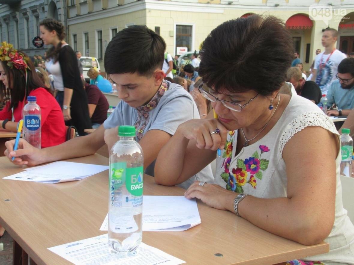 От школьников до стариков: одесситы массово писали диктант у Дюка (ФОТО, ВИДЕО), фото-2