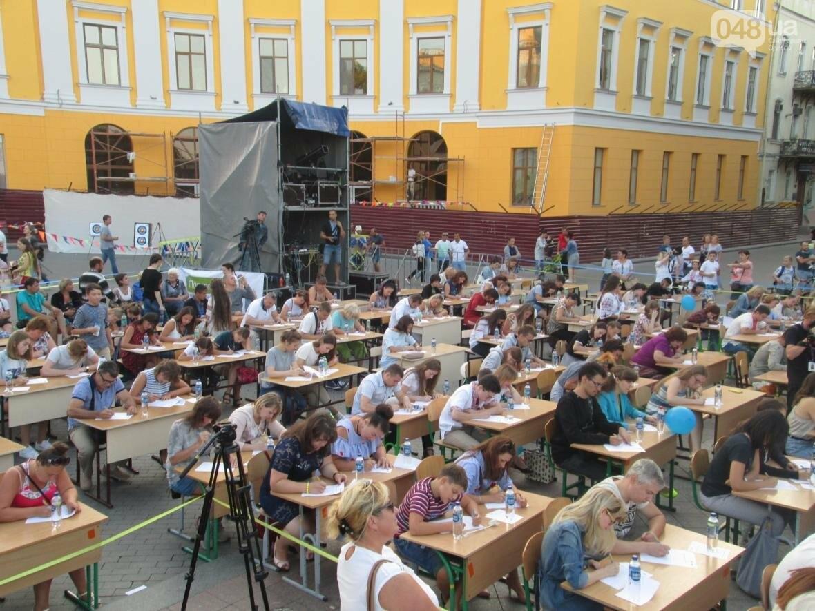 От школьников до стариков: одесситы массово писали диктант у Дюка (ФОТО, ВИДЕО), фото-11