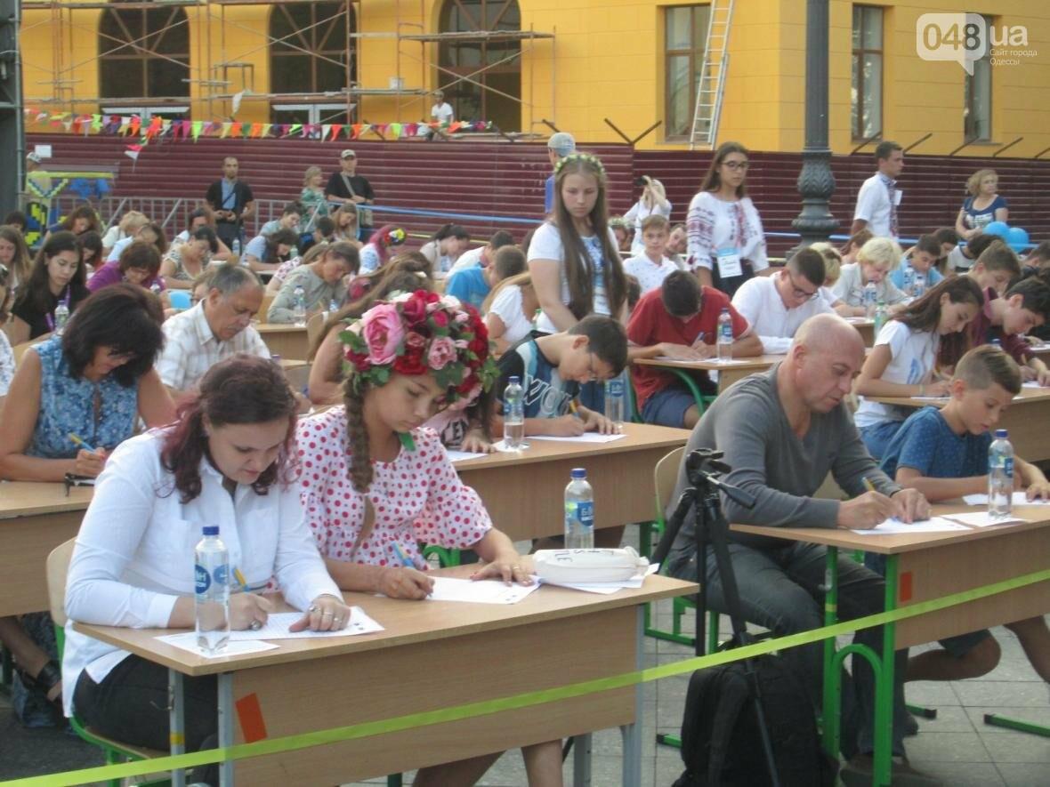 От школьников до стариков: одесситы массово писали диктант у Дюка (ФОТО, ВИДЕО), фото-12