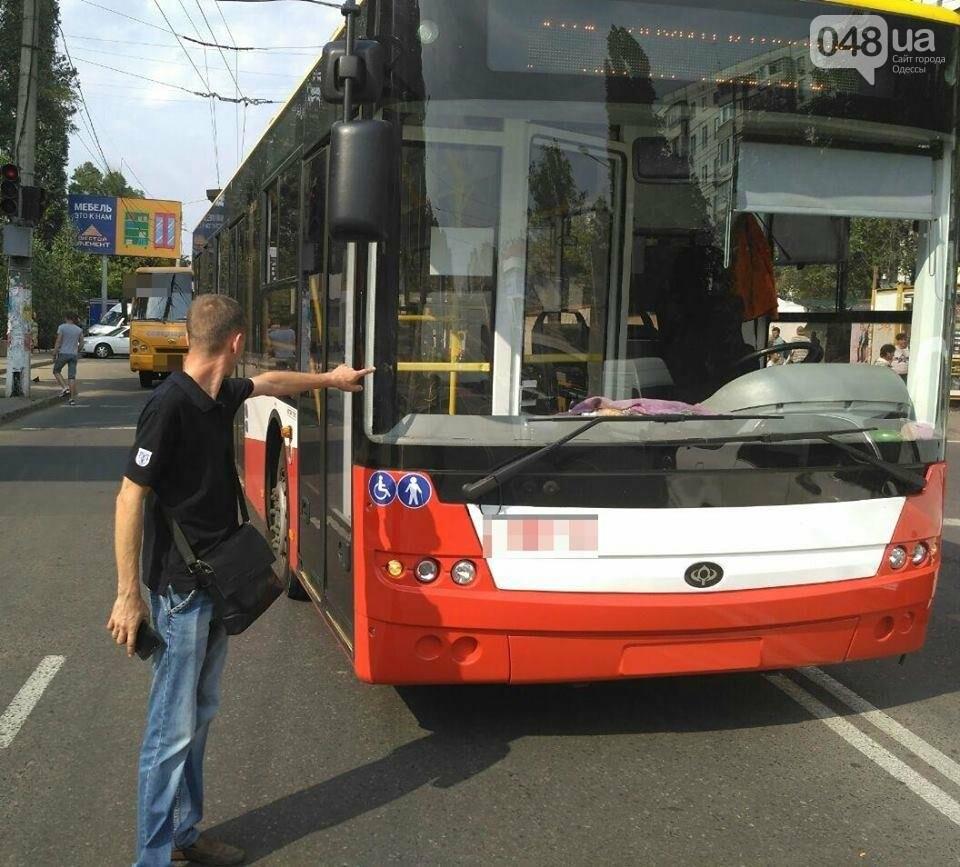В Одессе на Таирова троллейбус переехал женщину (ФОТО), фото-1
