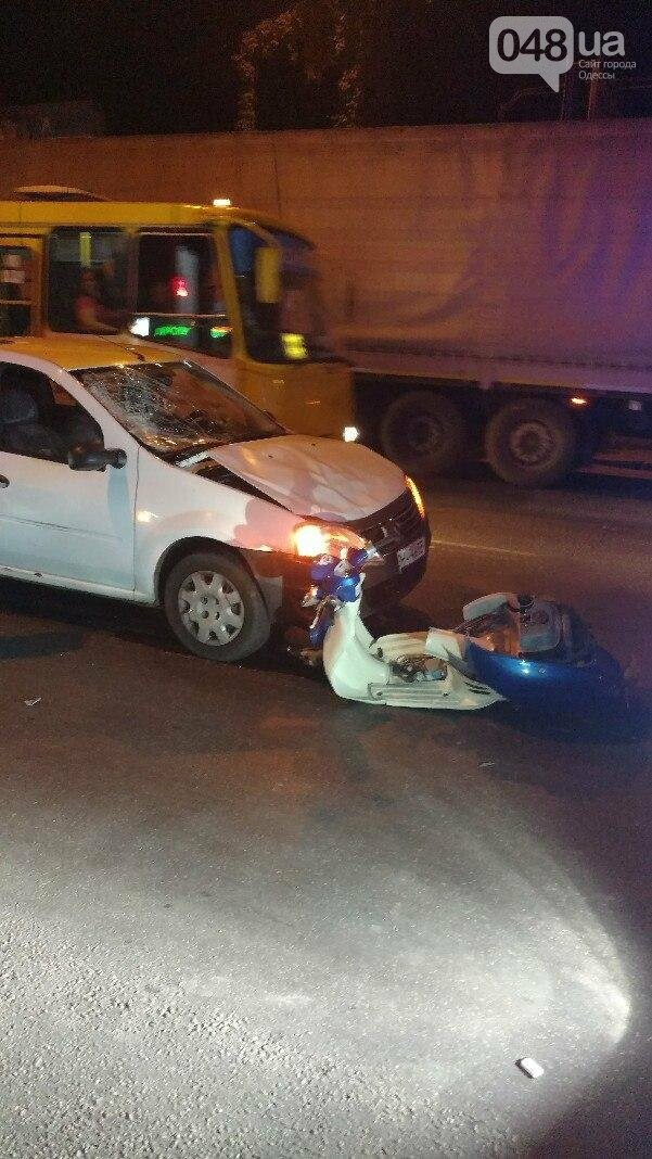В Одессе мопед врезался в автомобиль: девушка перелетела через машину (ФОТО), фото-2