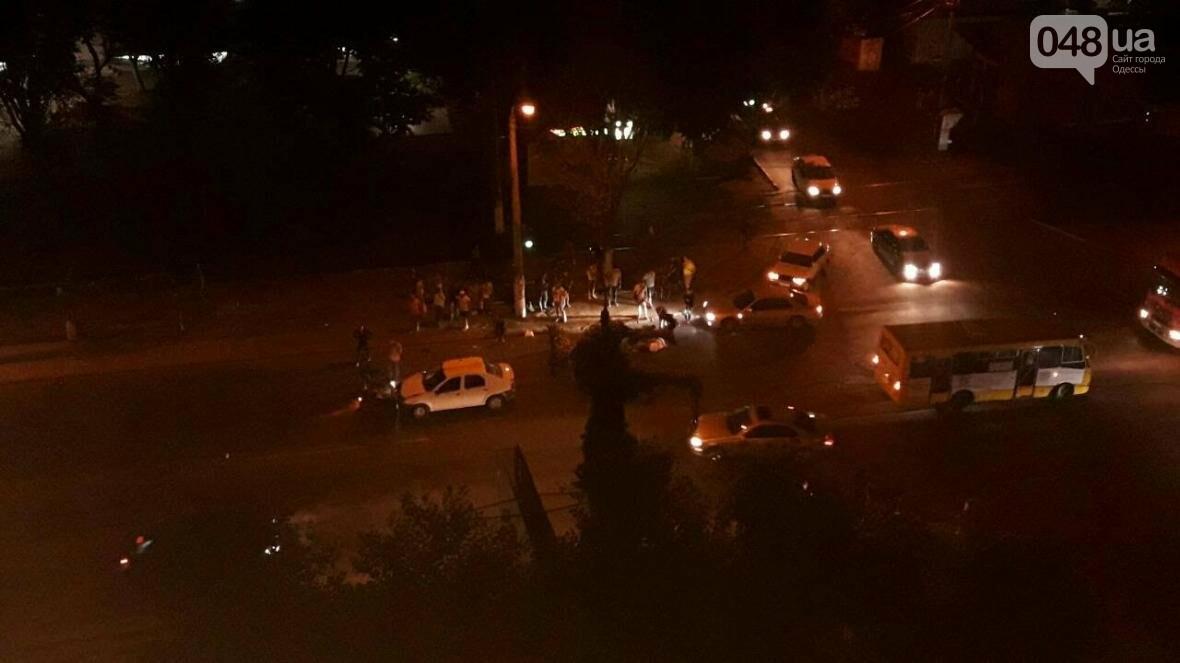В Одессе мопед врезался в автомобиль: девушка перелетела через машину (ФОТО), фото-3