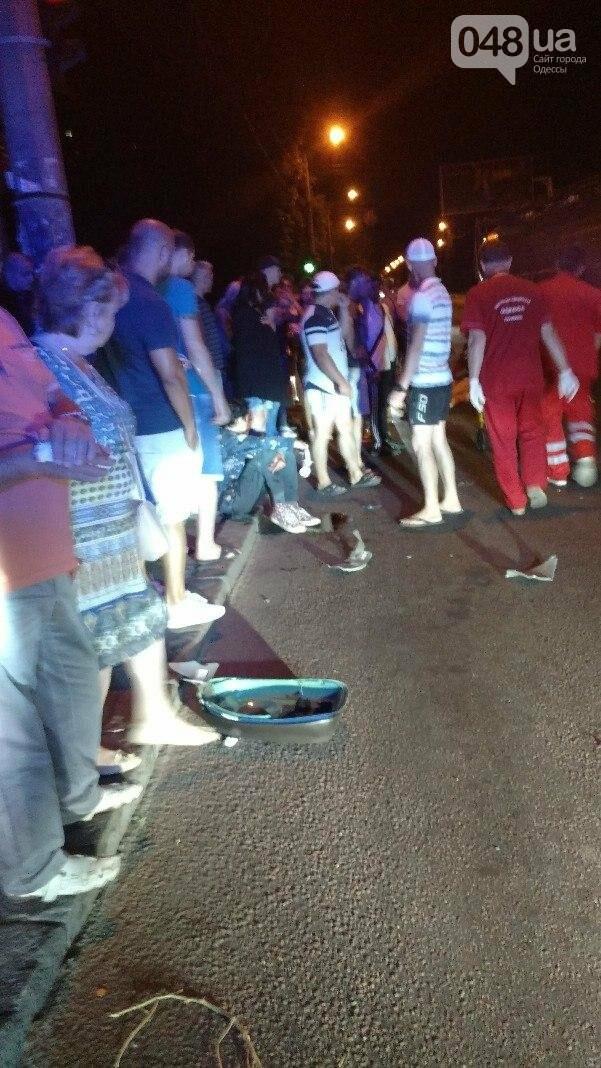 В Одессе мопед врезался в автомобиль: девушка перелетела через машину (ФОТО), фото-1