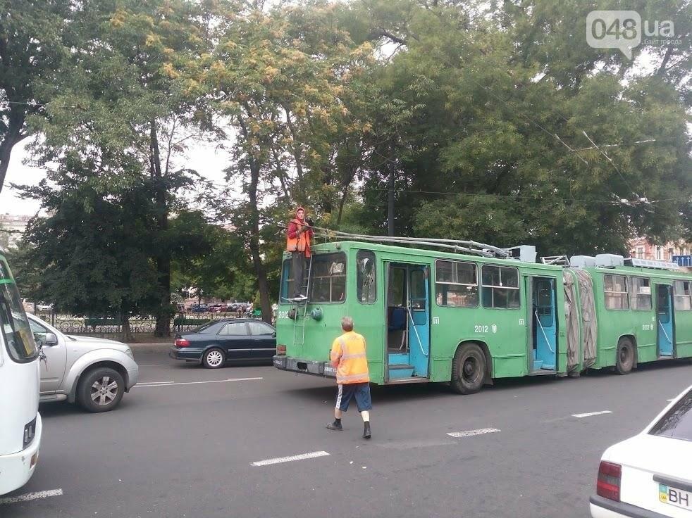 В Одессе на Привокзальной штанга от троллейбуса влетела в машину (ФОТО), фото-1