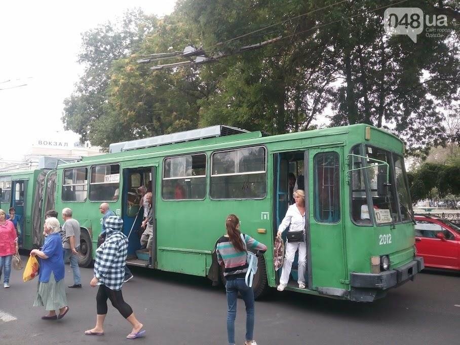 В Одессе на Привокзальной штанга от троллейбуса влетела в машину (ФОТО), фото-6