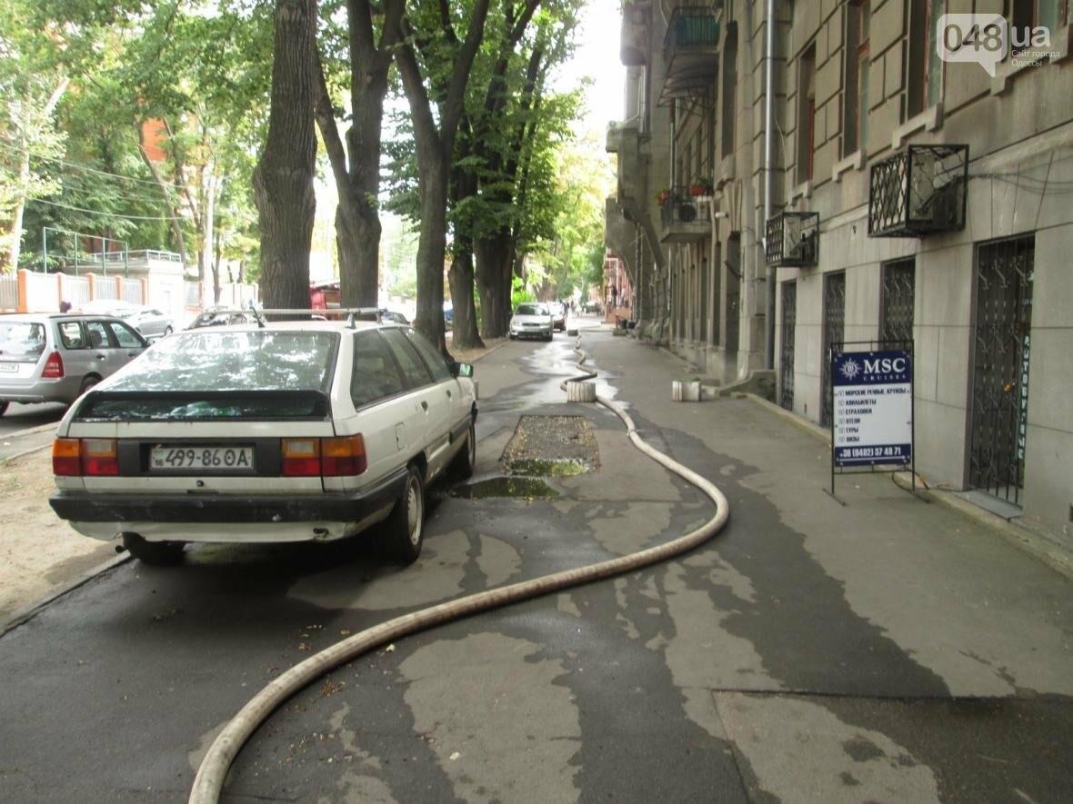 В центре Одессы горела квартира: подъезд залит водой (ФОТО), фото-10