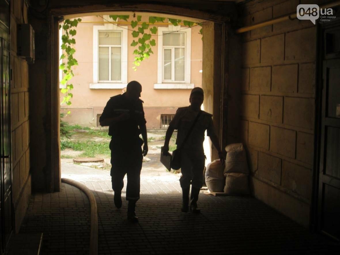 В центре Одессы горела квартира: подъезд залит водой (ФОТО), фото-2