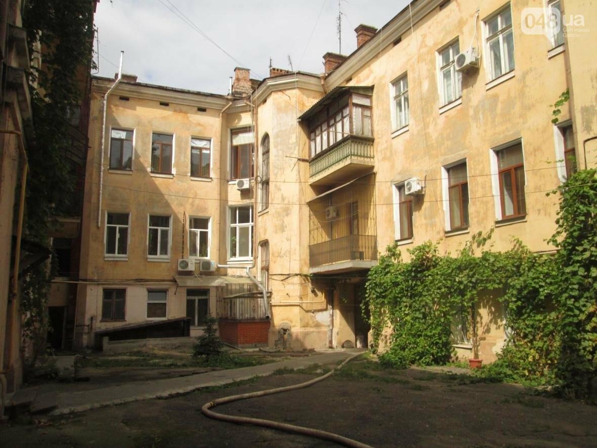В центре Одессы горела квартира: подъезд залит водой (ФОТО), фото-11