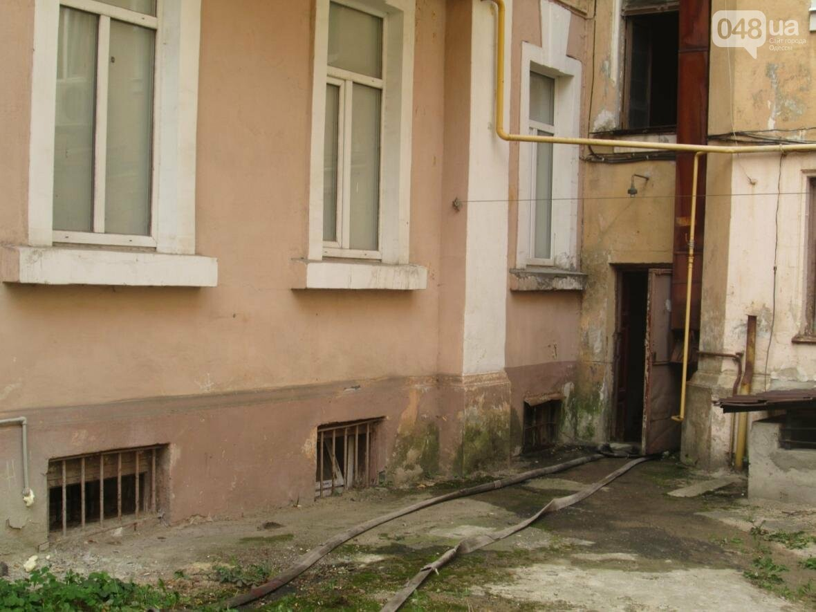 В центре Одессы горела квартира: подъезд залит водой (ФОТО), фото-7