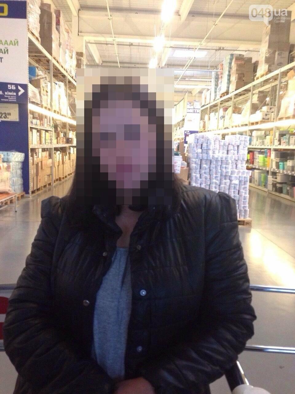 """Детская мечта: В Одессе девушка утащила с супермаркета сотню """"киндеров"""" (ФОТО), фото-2"""