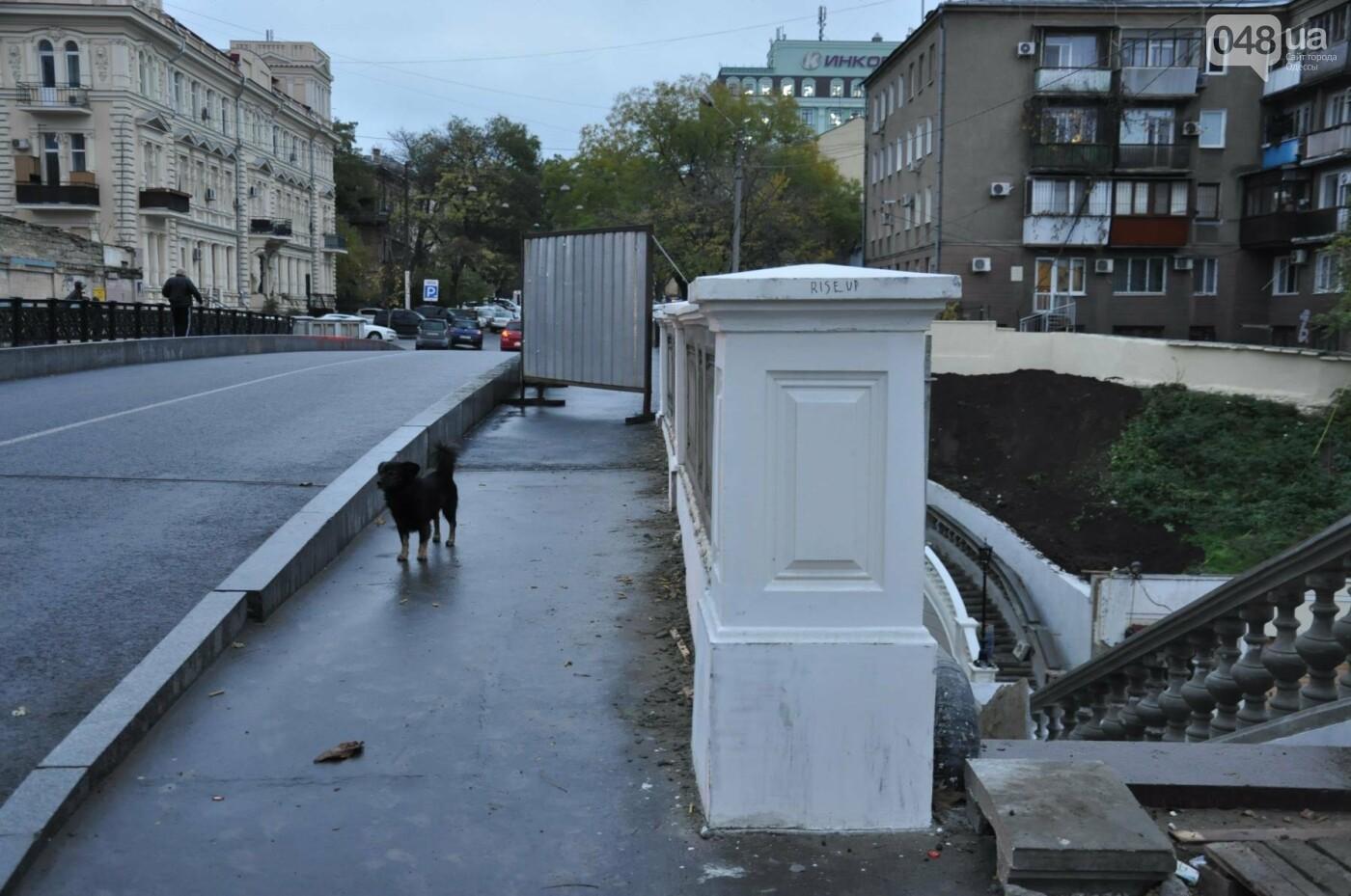 На реконструируемом мосту в Одессе провалился свежий асфальт (ФОТО), фото-9