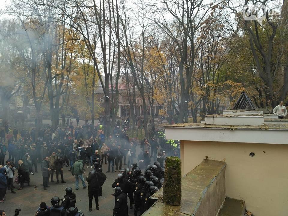 Активисты в Одессе сорвали ворота летнего театра и подарили их Труханову (ФОТО), фото-1