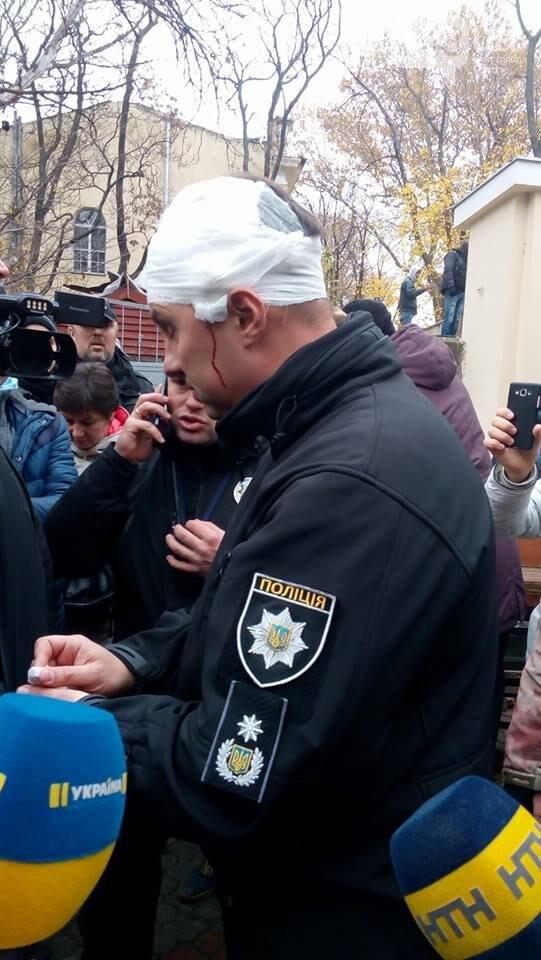 Активисты в Одессе сорвали ворота летнего театра и подарили их Труханову (ФОТО), фото-2