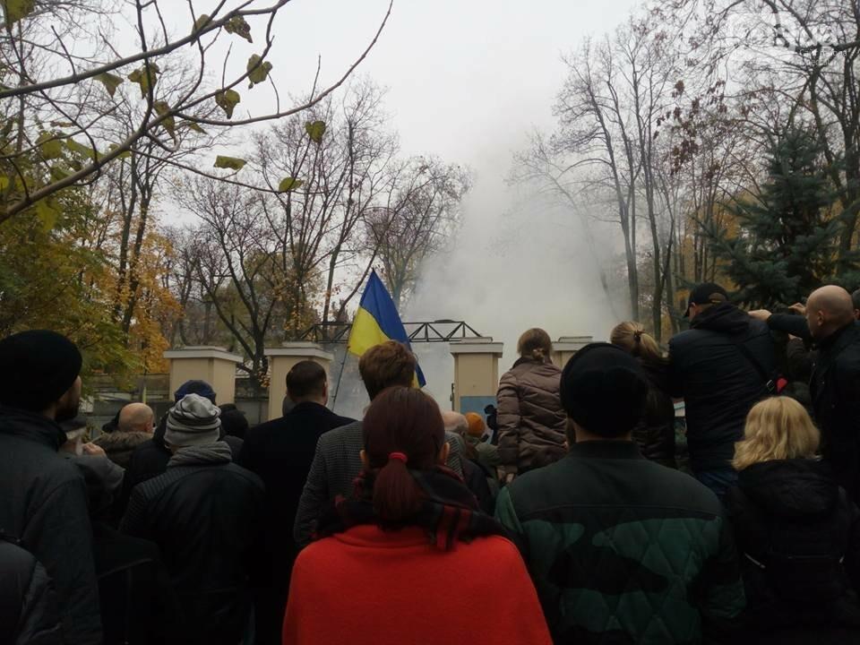 Активисты в Одессе сорвали ворота летнего театра и подарили их Труханову (ФОТО), фото-3
