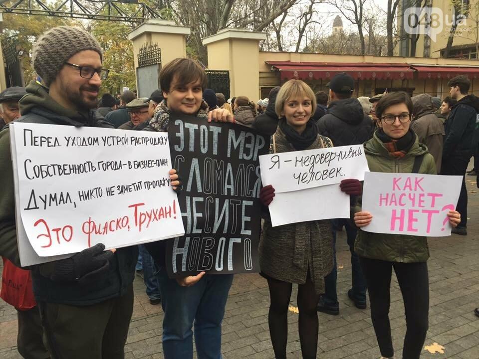 Активисты в Одессе сорвали ворота летнего театра и подарили их Труханову (ФОТО), фото-6