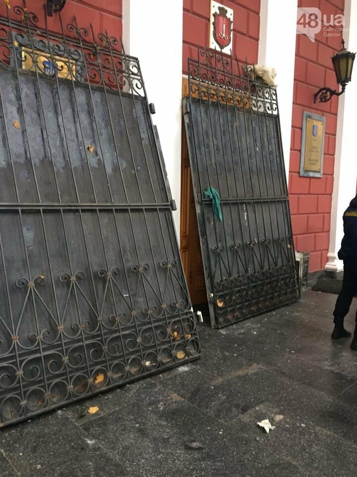 Активисты в Одессе сорвали ворота летнего театра и подарили их Труханову (ФОТО), фото-7