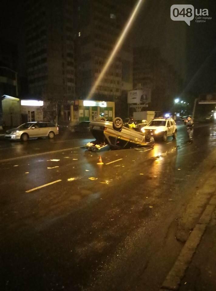 В Одессе спецавтомобиль охраны перелетел через клумбу и перевернулся (ФОТО), фото-2