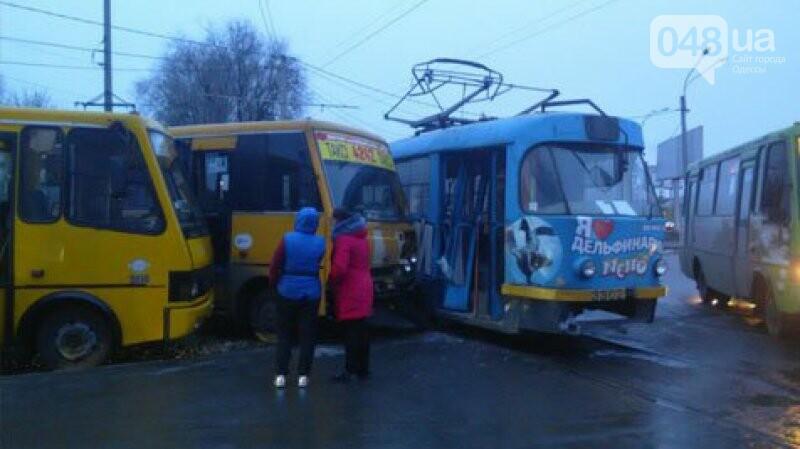 На Котовского в Одессе трамвай врезался в две маршрутки (ФОТО), фото-1