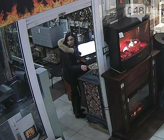В Одессе сфотографировали воровку, которая обчистила кассу магазина (ФОТО), фото-2