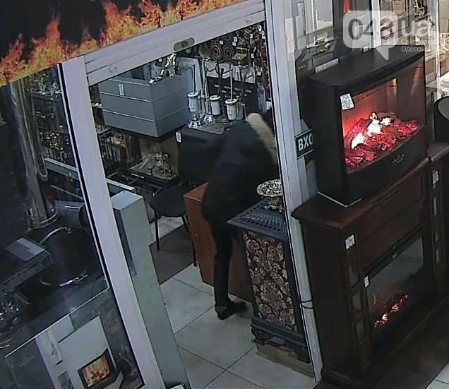 В Одессе сфотографировали воровку, которая обчистила кассу магазина (ФОТО), фото-3