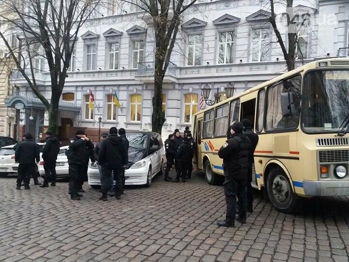 К одесскому Майдану стягивают полицию (ФОТО, ВИДЕО), фото-1
