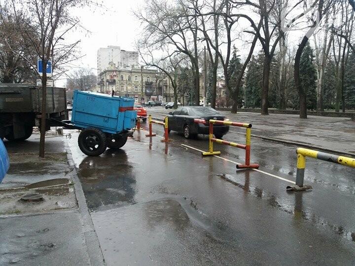 В центре Одессы провалился асфальт, обнажив огромную полость под проезжей частью (ФОТОФАКТ) , фото-1