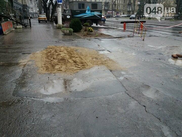 В центре Одессы провалился асфальт, обнажив огромную полость под проезжей частью (ФОТОФАКТ) , фото-3