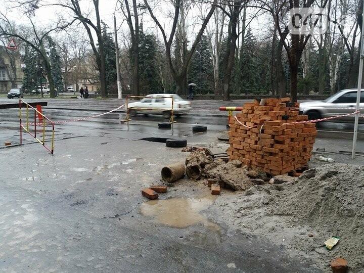 В центре Одессы провалился асфальт, обнажив огромную полость под проезжей частью (ФОТОФАКТ) , фото-4