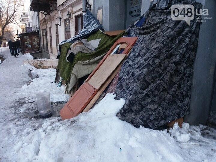 В центре Одессы неадекватная бездомная женщина построила себе апартаменты (ФОТО) , фото-1