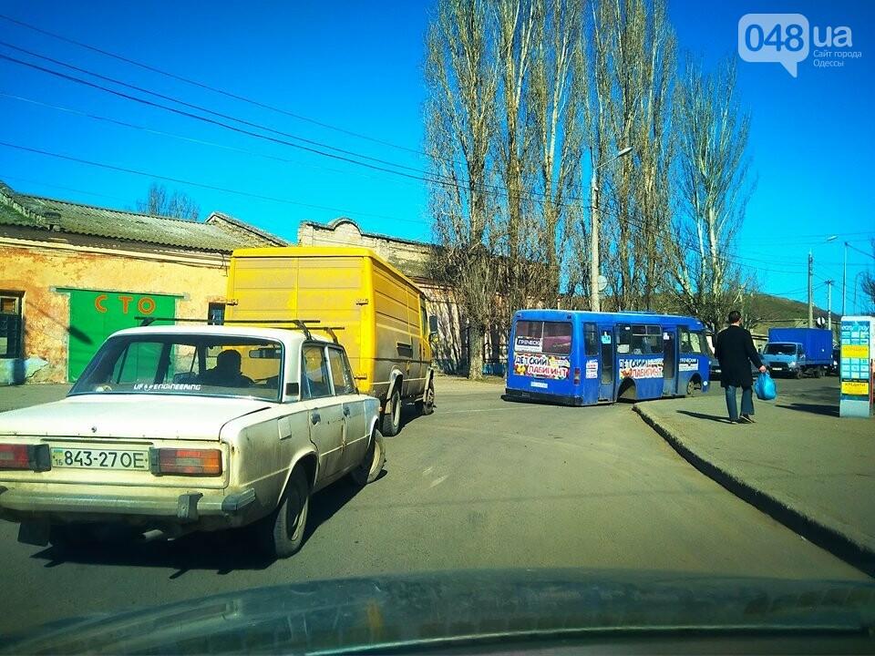 В Одессе маршрутка потеряла колесо и заблокировала дорогу (ФОТО), фото-1