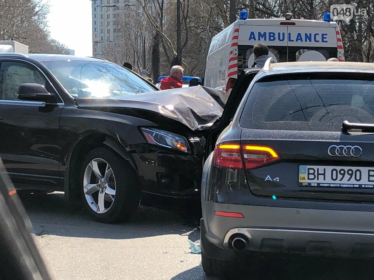 У Хозяйственного суда в Одессе авария из трех авто: объезжайте затор (ФОТО), фото-2