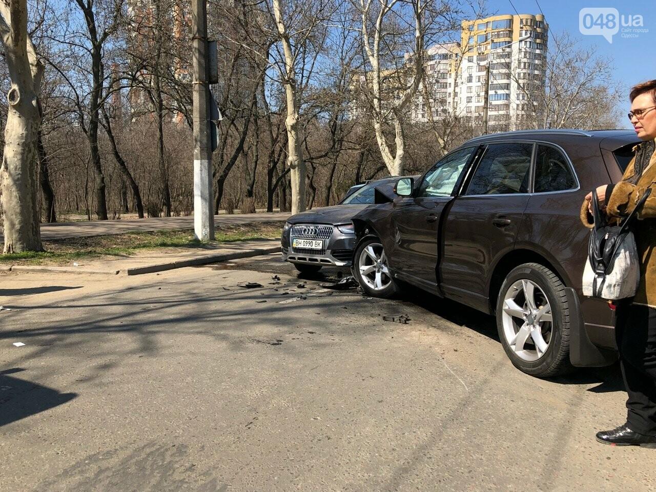 У Хозяйственного суда в Одессе авария из трех авто: объезжайте затор (ФОТО), фото-1
