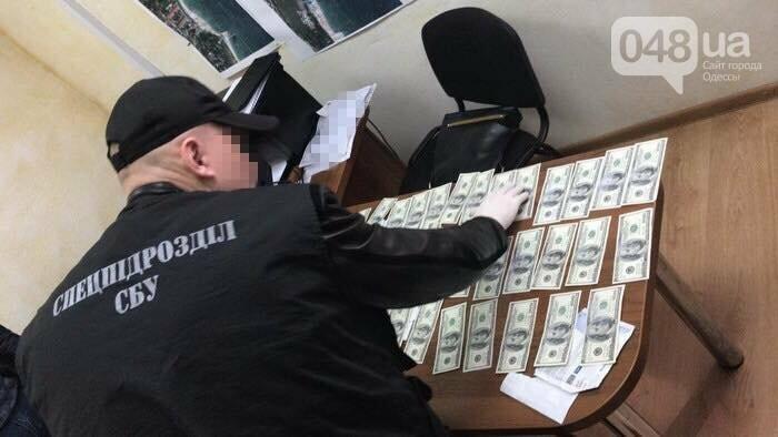 Полторы тысячи долларов и торгуй у моря в Одессе: Крупного чиновника мэрии задержали (ФОТО), фото-1