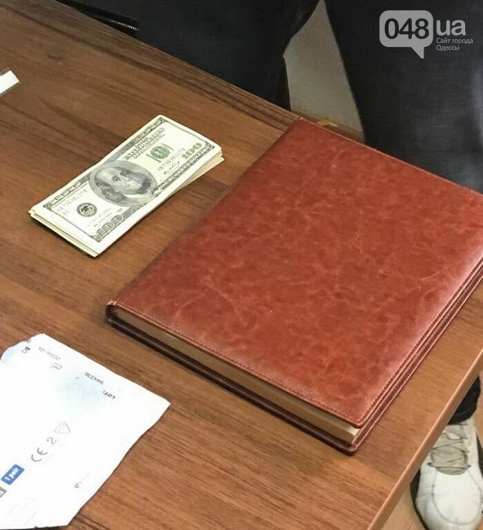 Полторы тысячи долларов и торгуй у моря в Одессе: Крупного чиновника мэрии задержали (ФОТО), фото-3