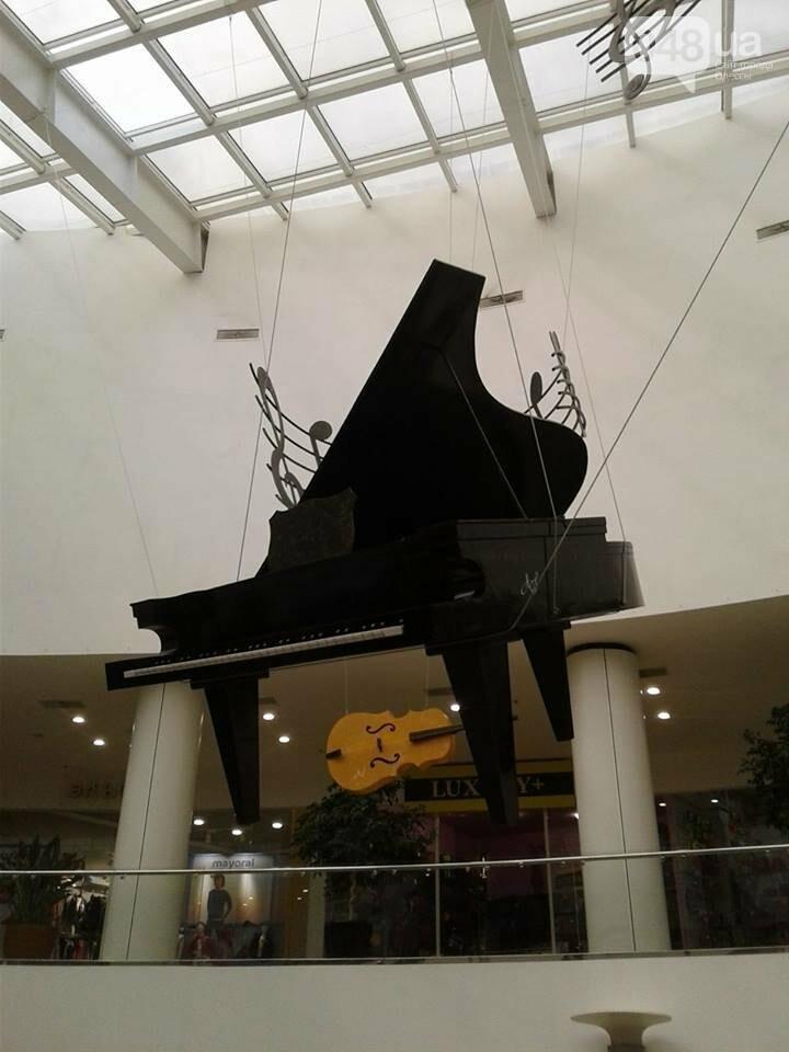 В одесском торговом центре под потолком повис рояль (ФОТО), фото-1