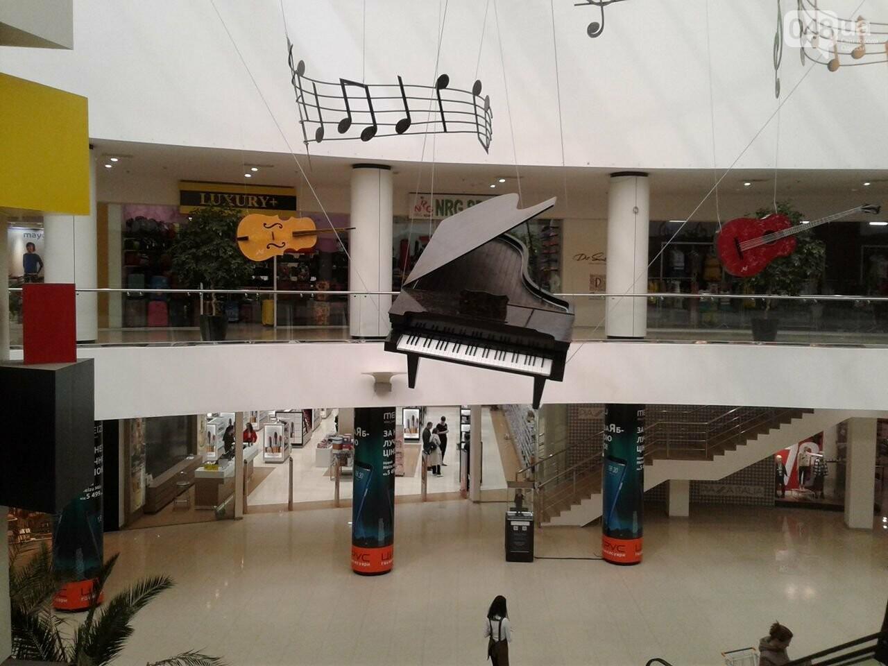 В одесском торговом центре под потолком повис рояль (ФОТО), фото-2