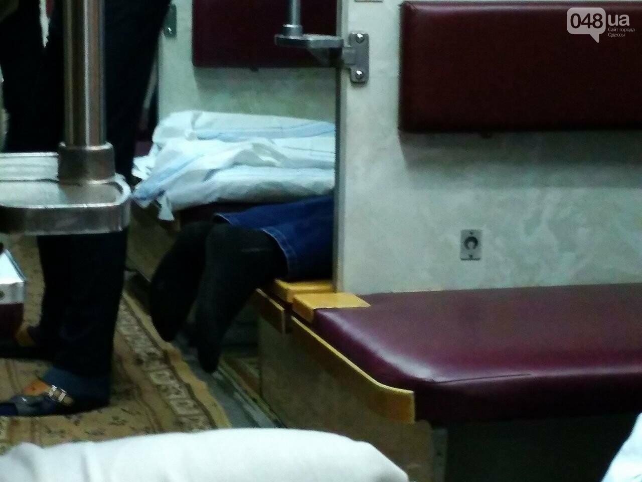 Одесситов возят в Днепр грязные и темные вагоны  (ФОТО) , фото-1
