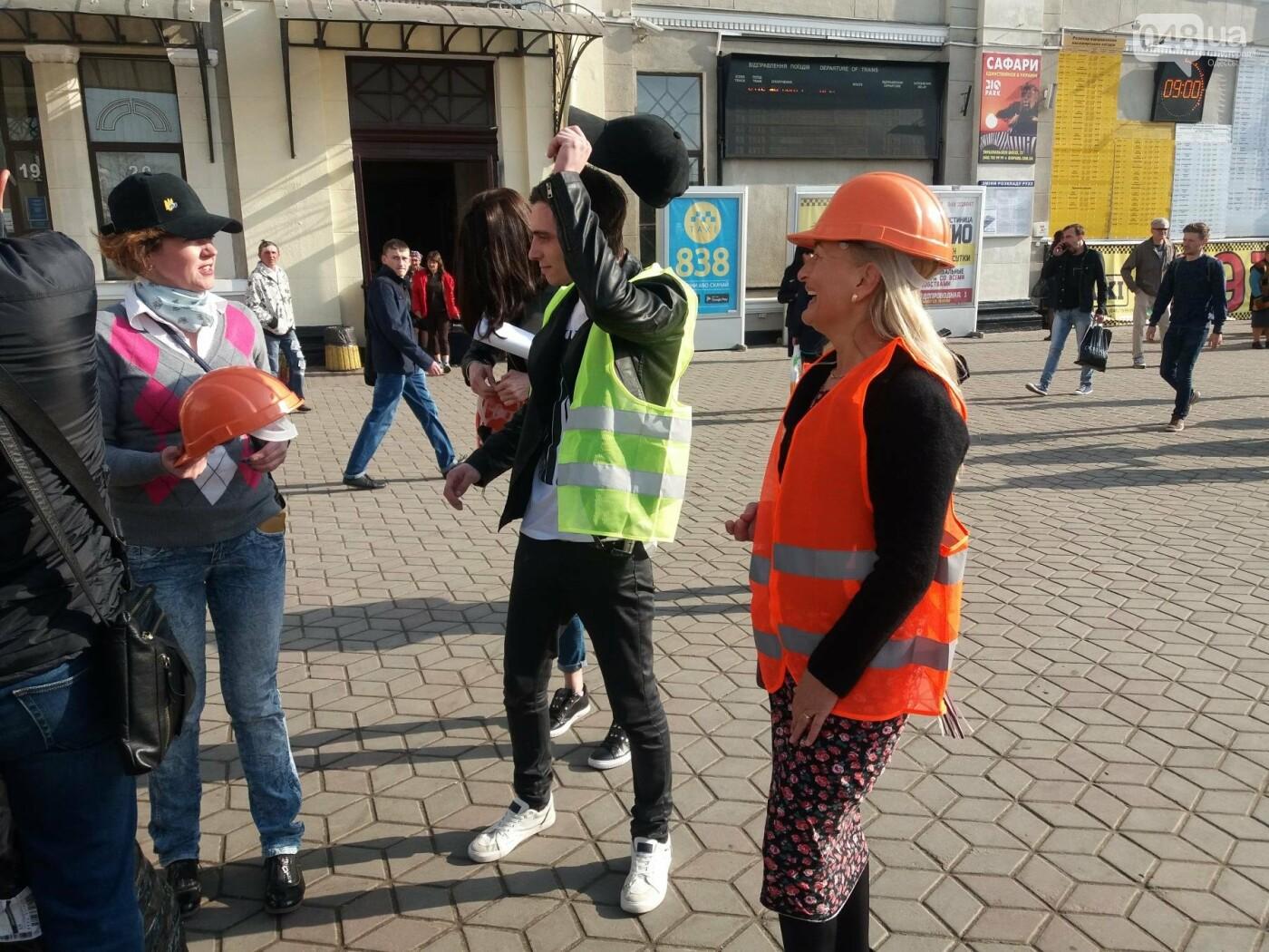 «Осторожно: мэр-хозяйственник» - в Одессе на вокзале туристам выдавали каски (ФОТО, ВИДЕО), фото-10