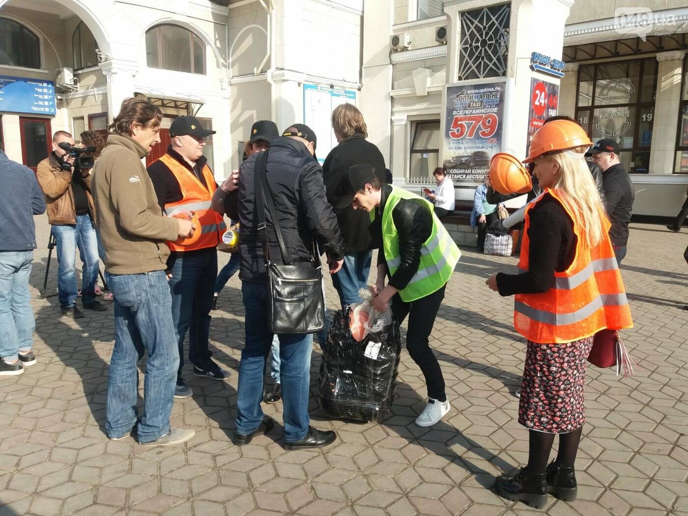 «Осторожно: мэр-хозяйственник» - в Одессе на вокзале туристам выдавали каски (ФОТО, ВИДЕО), фото-11