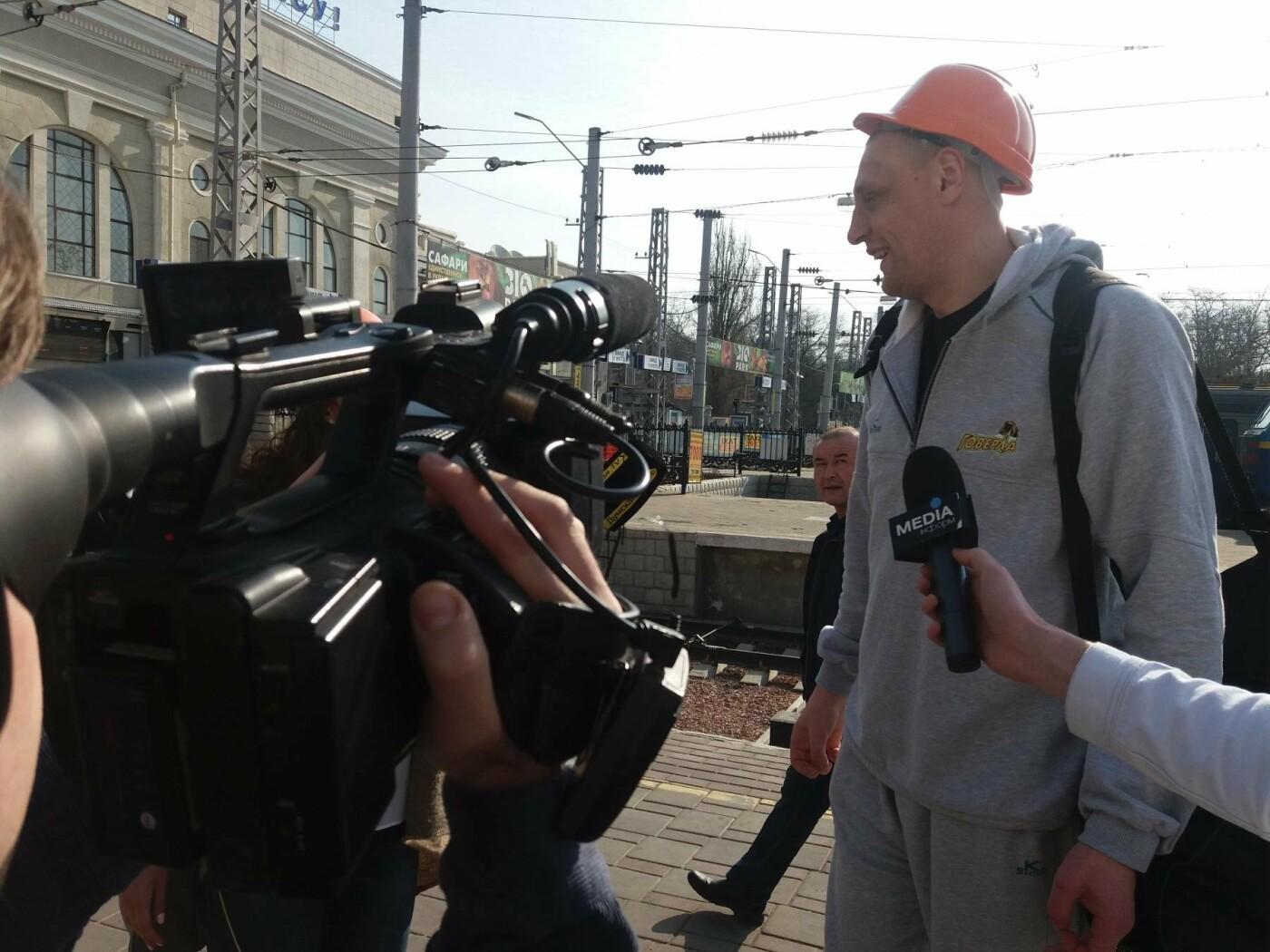 «Осторожно: мэр-хозяйственник» - в Одессе на вокзале туристам выдавали каски (ФОТО, ВИДЕО), фото-1