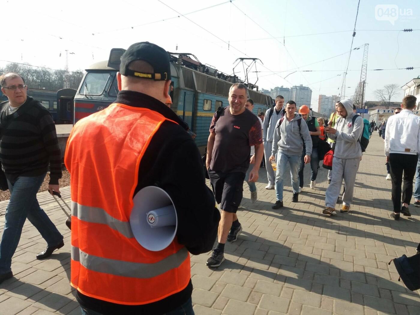 «Осторожно: мэр-хозяйственник» - в Одессе на вокзале туристам выдавали каски (ФОТО, ВИДЕО), фото-2