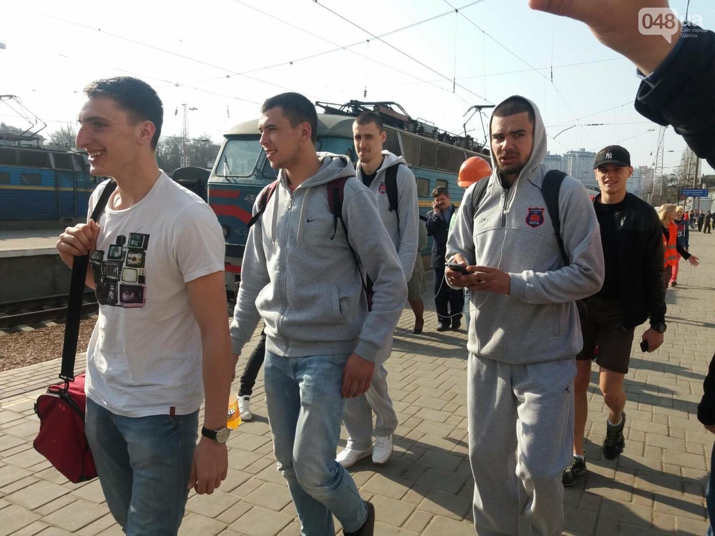 «Осторожно: мэр-хозяйственник» - в Одессе на вокзале туристам выдавали каски (ФОТО, ВИДЕО), фото-4