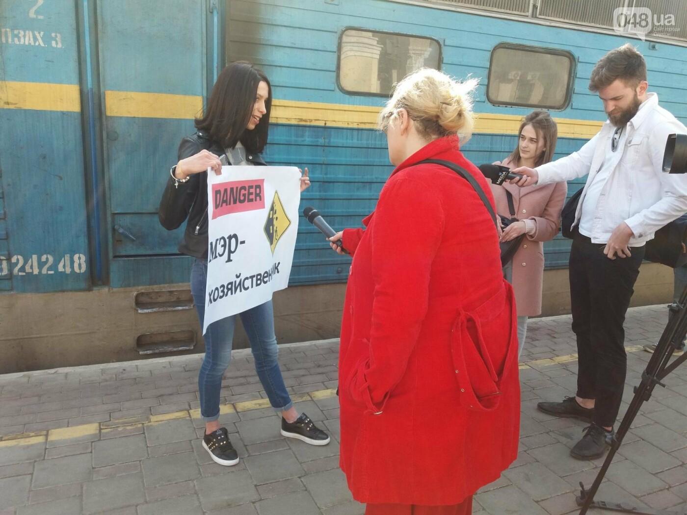 «Осторожно: мэр-хозяйственник» - в Одессе на вокзале туристам выдавали каски (ФОТО, ВИДЕО), фото-7